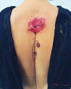 tatuaje espalda, mujer con espalda descubierta, tatuaje acuarela, amapola rosada con tallo en la zona de la columna vertebral