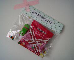 Traktatie voor verjaardag: Kaartenzakjes van de Action, karton of behang (liefst met auto's er op), autodrop, mini autootje en confetti.