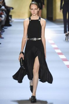 See the complete Mugler Spring 2016 Ready-to-Wear collection.