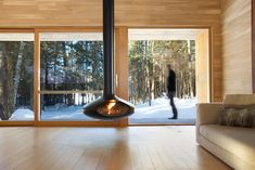 La Luge [ENG] [ENG] - Mostly dedicated to the enjoyment of Quebec's winter, La Luge is a secondary home lying in the midst of the forest. Nestled on its site, surrounded by dense vegetation preserving the house's privacy, La Luge integrates a. Cabin Design, Modern House Design, Wood Design, Architecture Durable, Architecture Design, Architecture Interiors, Architecture Portfolio, Luge, Prefabricated Houses