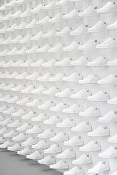 Retailtrend Stilte: Camper Store #Madrid gebruikt wit om de hoge hoeveelheid producten uit te balanceren. #Retail #trend #stilte