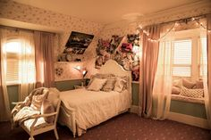 Stop Household Clutter: 50 Things to Get Rid of Right Now Floral Flair for Preppy Betty Cooper Room Ideas Bedroom, Bedroom Inspo, Dream Bedroom, Bedroom Decor, Casa Disney, Vintage Room, Aesthetic Room Decor, Cozy Room, My New Room