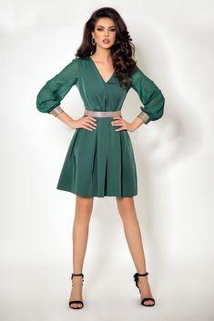 6ff3cde1c608 Abito elegante di colore verde con gonna a pieghe e dettagli argentati