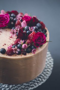 simple chocolate cake with berries and fresh flowers - Kuchen Geburtstag - Cake Design Pretty Cakes, Beautiful Cakes, Amazing Cakes, Bolos Naked Cake, Cake Recipes, Dessert Recipes, Dessert Food, Creative Cakes, Cakes And More