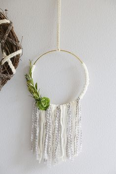 Add a bohemian flair to your home decor with this DIY Yarn Wreath Tutorial! Includes three different styles to create your own yarn wreaths! Diy Yarn Wreath, Yarn Wreaths, Tulle Wreath, Burlap Wreaths, Ribbon Wreaths, Door Wreaths, Cheap Wreaths, Crochet Wreath, Wreath Crafts