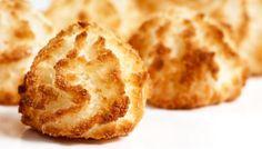 Verser la noix de coco et le sucre dans un saladier et les mélanger. Fendre la gousse de vanille, gratter toutes les graines avec la lame d'un couteau et les mélanger. Verser les blancs d'œufs dans un autre saladier et les battre légèrement au fouet jusqu'à…