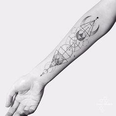 Por Fedor Nozdrin #FedorNozdrin #gringo #blackwork #pontilhismo #dotwork #geometric #geometrica #fineline