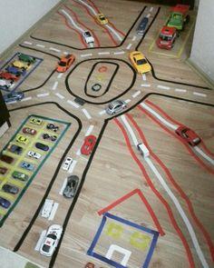 Renkli elektrik bantlari ile trafik yolu oyunu