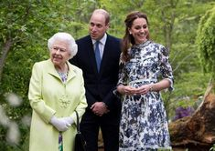 way the Queen greeted Kate Middleton and Prince William at the Chelsea Flower Showfunny way the Queen greeted Kate Middleton and Prince William at the Chelsea Flower Show Duchess Kate, Duke And Duchess, Duchess Of Cambridge, Princess Mary, Princess Charlotte, Halloumi Burger, William Y Kate, Kate Middleton Prince William, Prince Philip