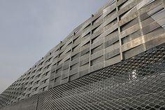 Stockholmsmässans AE-hall, ritad av Rosenbergs Arkitekter med varmförzinkad sträckmetall