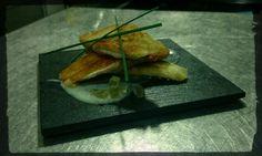 Μπάρμπούνι σε τραγάνα με κρέμα σκόρδου & ζελέ από ξύδι και λευκό κρασί
