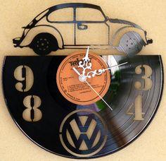 Nem matricázott, egyedi eljárással készített design falióra. Témája: a Volkswagen Bogár Nézd meg a többi design bakelit órát is. www.godipadlas.hu