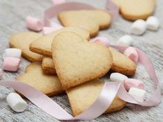 Sorpréndelo con unas deliciosas galletas de mantequilla en forma de corazón, le encantarán y las podrán acompañar con un delicioso capuchino o un café. Crepes, Gingerbread Cookies, Baked Goods, Deserts, Sweets, Baking, Eat, Food, Recipe