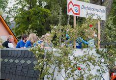 Tag des Bergmanns in Lehesten/Thür. Wald am 2.7.2017. Der Festumzug des Vereinsverbands Bergmannsfest Lehesten. Hier die Dachdeckerschule Lehesten. Moving Home, Woodland Forest, School