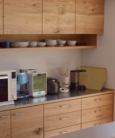 Tさんの食器棚。節ありナラ材使用、天板:ステンレスヘアライン仕上げ、ハンドル:shirokuma
