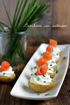 Boats with salmon Finger Food Appetizers, Appetizers For Party, Finger Foods, Appetizer Recipes, Tapas, Snacks Für Party, Appetisers, Food Lists, Creative Food