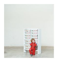 Regal: «Jim Knopf», «Babar auf Reisen», «Brockhaus in 24 Bde.». Das Regal ist nicht nur Stütze und Stauraum für das Hoch- und Kajütenbett, sondern funktioniert auch als Einzelmöbel. Regalböden-Abstände betragen 25cm. Ideal für Bücher. Rückwände wie immer optional mit Wandtafelfarbe erhältlich. Ideal für Bücher und Spielsachen. Jim Knopf, Photo Wall, Frame, Home Decor, Closet Storage, Viajes, Picture Frame, Photograph, Decoration Home