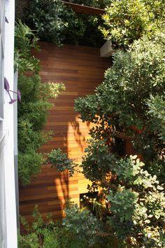 Διαμόρφωση κήπου με ξύλινες κατασκευές. Κατασκευή και εγκατάσταση ξύλινου δαπέδου και διαχωριστικών από την Treehouse που βρίσκεται στη Μεταμόρφωση Αττικής