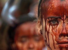 Una defensora de los derechos de los animales protesta cubierta de sangre falsa un día antes del comienzo de los Sanfermines en Pamplona 2016.