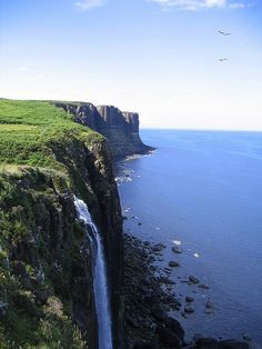 Mealt Falls and Kilt Rock - Isle of Skye Scotland Oh The Places You'll Go, Places To Travel, Places To Visit, Chutes Victoria, Scotland Travel, Highlands Scotland, Scotland Castles, All Nature, Adventure Is Out There