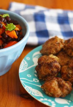 Chili Meatballs And Black Bean Salad A gluten-free, dairy-free protein-rich meal that takes almost no time to make. Healthy Carbs, Healthy Lunches, Healthy Eating, Healthy Recipes, Side Recipes, Easy Dinner Recipes, Lunches And Dinners, Meals, Healthy Weeknight Dinners