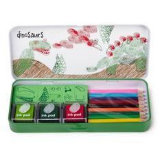 Gebruik je vingertoppen en creëer de coolste en gevaarlijkste dino`s! Het blik bevat drie gekleurde inktkussens, 10 stempels, 10 kleuren potloden en een velletje met voorbeelden!    Grootte van het blik: 190 x 85 x 28 mm