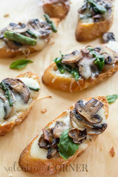 These canapes with brie cheese and portobello mushrooms are the best appetizer. Simple and taste delicious! Mushroom Appetizers, Best Appetizers, Simple Appetizers, Easy Canapes, Delicious Appetizers, Canapes Recipes, Appetizer Recipes, Burger Recipes, Comida Baby Shower