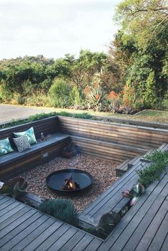 Awesome DIY Kamin Ideen - Outdoor-Feuerstelle mit kleinem Budget - Do It Yourself F… - Diyprojectgardens.club - Super DIY Kamin Ideen – Outdoor-Feuerstelle mit kleinem Budget – Do It Yourself F … - Backyard Seating, Fire Pit Backyard, Backyard Landscaping, Backyard Fireplace, Deck With Fire Pit, In Ground Fire Pit, Fireplace Outdoor, Garden Fire Pit, Outdoor Fire Pits