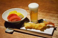 【海老天】お昼にざるそばを食べたあと、食べたくなった海老の天ぷら。そのままスーパーのお惣菜コーナーで買って夕方の酒卓へ。トラック販売の美味しい夏野菜とともに今日の満足を果たしました。