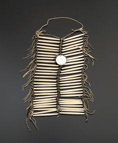 """Нагрудное украшение из волосяных трубок, Сиу. Размеры: 18.5"""" x 9.25"""". Из Mystic Warriors Gallery. Cowan's сентябрь 2005."""