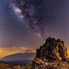Volcán Popocatépetl visto desde el Iztaccihuatl #nikonmexico #lucroit #igersmexico #mexico #mexigers #igers #igersdaily #igersoftheday #igersworldwide #d5 #nps #tochimani #popocatepetl #stars #milkyway