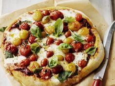 Pizza mit Kirschtomaten und Basilikum ist ein Rezept mit frischen Zutaten aus der Kategorie Pizza. Probieren Sie dieses und weitere Rezepte von EAT SMARTER!