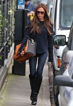 The cool Bilder der Looks der Stars - You can't go wrong with this dark-speaking autumn style. Victoria Beckham did it again! Mode Victoria Beckham, Victoria Beckham Outfits, Victoria Beckham Fashion, Star Fashion, Look Fashion, Fashion Models, Jeans Outfit Winter, Casual Winter Outfits, Vic Beckham