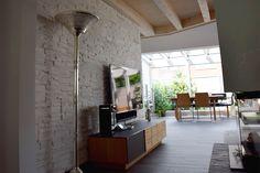 Modernes Wohnzimmer mit Sichtdecke und Blick auf den Wintergarten. #holzbau #fertighaus #einrichten #interiordesign #interior #homestory #Klinkerwand #Sichtdecke #Holzhaus #Holzfliese #modern #gemütlich #Wohnen #schönerwohnen
