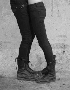 love couple Black and White shoes jeans rock couples punk coturno black jeans Cothurnus heavy boots Dr. Martens, Botas Dr Martens, Black And White Jeans, Black And White Couples, Rock Couple, Toe Injuries, Emo Couples, Estilo Dark, Goth Shoes