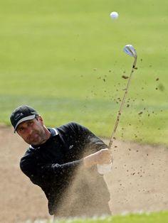 Der spanische Golfprofi Jose Maria Olazabal schaufelt beim Turnier in Valencia einen Ball aus einem Sandbunker. (Foto: Kai Foersterling/dpa)