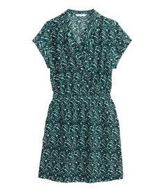 Valkoinen/Kuviollinen. Vuoriton lyhythihainen mekko painokuvioitua kangasta. Kietaisumallinen yläosa ja joustovyötärö. Sivutaskut.