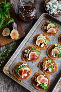 pancetta crisps with goat cheese & figs - crispy rounds of pancetta get topped with creamy goat cheese, fig jam, & fresh figs, making the most beautiful & elegant one bite appetizer! Elegant Appetizers, Appetizers For Party, Appetizer Recipes, Canapes Recipes, Dinner Recipes, Fig Recipes, Cooking Recipes, Soup Recipes, Appetisers