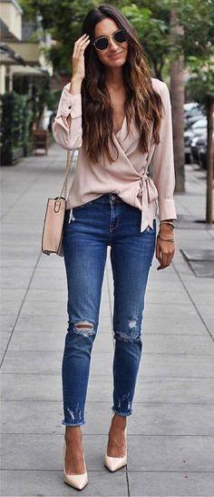 5 peças coringas para dar folga à t-shirt branca. Blusa envelope rosa, calça jeans destroyed, barra desfiada, scarpin off white
