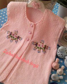 Knitted vest by Zuhal Karaman Knitting Baby Girl, Baby Sweater Knitting Pattern, Knitting Videos, Knitting For Kids, Baby Knitting Patterns, Knitting Designs, Crochet Girls, Crochet Baby, Baby Pullover