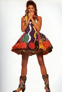 Helena Christensen in Altelier Versace shot by Walter Chin for Vogue Italia 1992 Versace Fashion, 90s Fashion, Fashion Dolls, High Fashion, Runway Fashion, Versace Dress, Helena Christensen, Vogue Editorial, Editorial Fashion