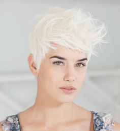 Platinum blonde hair, this is the color i am getting this week! Looks like a Justine Beiber - Elsa mix. Short Platinum Blonde Hair, Messy Blonde Hair, Platinum Pixie, Funky Hair, Cut Her Hair, Love Hair, 2015 Hairstyles, Pretty Hairstyles, Short Hair Cuts