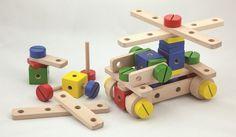 Constructieset hout *** Met deze houten constructie set verbeteren jullie dreumessen hun fijne motoriek. 52 delen helpen de jonge constructeurs om aan hun fantasie te bouwen. Deze duurzame bouten en moeren zitten verpakt in een mooie houten doos. Wood Toys, Wood Blocks, Baby Toys, Construction, Robots, Kit, Amazon, Games, Building