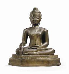 STATUE DE BOUDDHA SHAKYAMUNI EN BRONZE THAILANDE, XVIIIEME SIECLE Vêtu d'un samghati, il est représenté assis en virasana sur un socle. Sa main droite est en bhumispharshamudra et la gauche posée sur son genou droit. Son visage est serein, ses lobes d'oreilles allongés. Ses cheveux sont bouclés et surmontés de l'ushnisha ; la flamme manquante. Hauteur : 44 cm. (17 ¼ in.)
