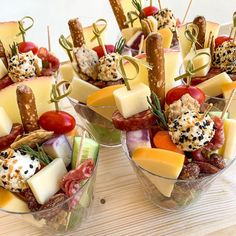 Charcuterie Gifts, Charcuterie Recipes, Charcuterie And Cheese Board, Cold Appetizers, Recipes Appetizers And Snacks, Appetizers For Party, Tapas, Party Food Platters, Antipasto