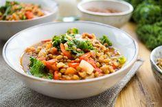 Linsen Chili ist wirklich einfach zu machen. Dafür braucht Ihr nur einen Topf (Halleluja!) und wenige Zutaten. In weniger als einer Stunde habt Ihr ein leckeres Gericht. Wobei Ihr die meiste Zeit n…