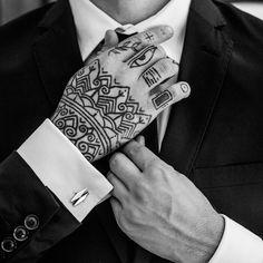 Kalevala Koru, Kantti-kalvosinnappi. www.kalevalakoru.fi/  Vaatii kanttia tarttua haasteisiin. Uskoa omiin kykyihin ja kilpailla itsensä kanssa. Ole rohkeasti oma itsesi ja pidä pintasi – kantti kyllä kestää. #kalevalakoru #kantti #elinamakkonen #kalevalajewelry #miestenkorut #kalvosinnapit #miestenmuoti #kevät2016 #uutuus