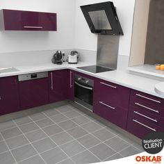 cuisine moderne avec îlot central et armoires blanches et couleur ...