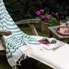 Im Liegestuhl die Sonne genießen... mit dem Strandtuch von Kara Weaves, handgemacht und fairtrade. #fairtrade #veganfashion #accessoires #homedecor #amodini