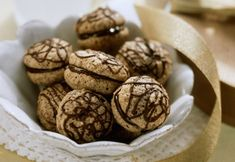 Crocante la exterior , pufoase la interior si puternic parfumate cu cafea un adevarat deliciu.  Ingrediente -150 g ciocolata amaruie foarte rece -200 g nuci -3 albusuri -sare -200 g zahar -2 linguri cacao -6 lingurite praf de cafea expresso -esenta de rom -50 forme